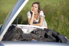 残破的汽车妇女 免版税图库摄影