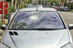 残破的汽车挡风玻璃 库存图片