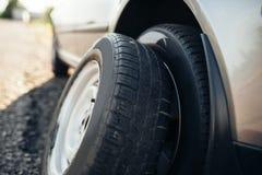 残破的汽车概念,备用轮胎替换 库存图片