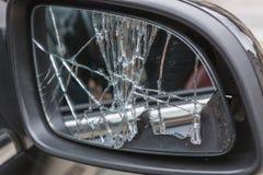残破的汽车边镜子 图库摄影