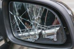 残破的汽车边镜子 免版税库存照片