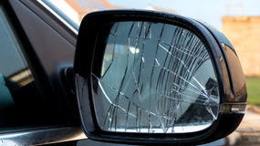 残破的汽车镜子 免版税库存图片