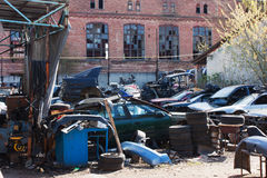 残破的汽车,备件,轮子被放弃的转储  免版税图库摄影