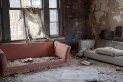残破的沙发 图库摄影
