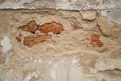 残破的灰泥殖民地灰泥墙壁在有轻微的砖的亚洲 免版税库存照片