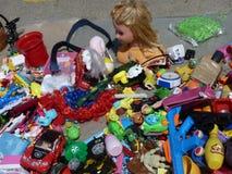 残破的玩具在跳蚤市场上 库存图片