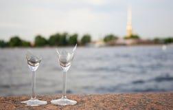 残破的玻璃好运气结婚的酒 库存图片