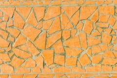 从残破的瓦片的黄色手工制造马赛克工作在马德拉岛 免版税图库摄影