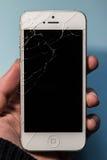 残破的电话在手上,黑屏幕 库存照片