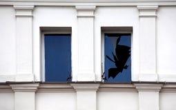 残破的窗口。 免版税库存图片