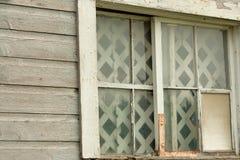 残破的窗口和单块玻璃在老被放弃的谷仓 库存照片