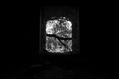 残破的窗口在一个被放弃的被破坏的房子里,里面 库存照片