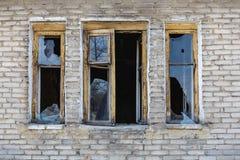 残破的窗口在房子里 免版税库存图片