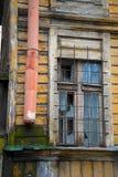 残破的窗口在非常锋利老木的房子里 库存图片