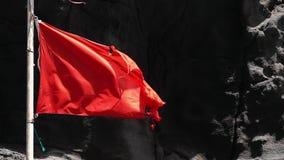 残破的红旗特写镜头由风移动了 慢的行动 影视素材