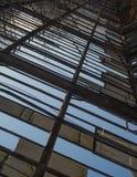 残破的老屋顶背景 免版税库存照片