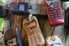 残破的老手机被钉牢对树 免版税库存照片