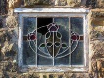 残破的老装饰铅玻璃窗口 库存图片