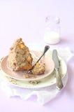 残破的胡桃松饼用桃子和糖粉奶油细末顶部 免版税库存照片