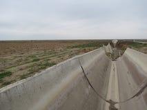 残破的苏联灌溉系统在乌兹别克斯坦 库存照片