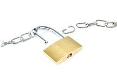 残破的金属链子和开锁的挂锁 免版税库存照片