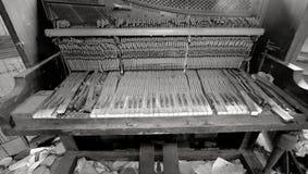 残破的钢琴在被破坏的屋子里 库存照片