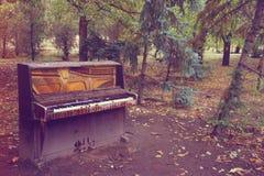 残破的钢琴 免版税库存照片