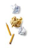 残破的铅笔和被弄皱的纸 免版税库存照片