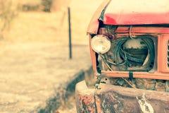 残破的顶头轻的生锈的卡车 免版税库存图片