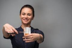 残破的香烟概念抽烟的终止 少妇裁减香烟 免版税库存图片