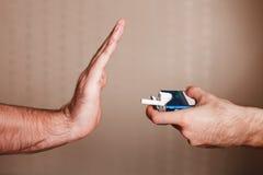 残破的香烟概念抽烟的终止 免版税库存图片