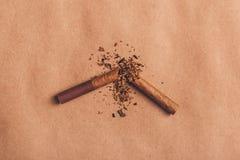残破的香烟顶视图,停止抽概念 图库摄影