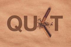 残破的香烟顶视图,停止抽概念 库存照片