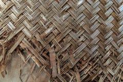 残破的织法竹子墙壁 库存照片