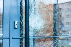 残破的玻璃前门 免版税库存照片
