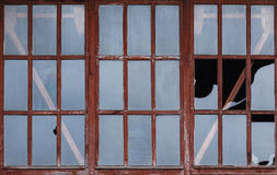残破的玻璃窗破坏背景 库存照片