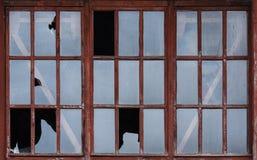 残破的玻璃窗破坏背景 免版税库存照片