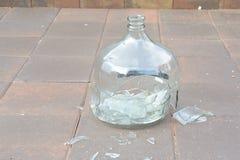 残破的玻璃酸坛 库存照片