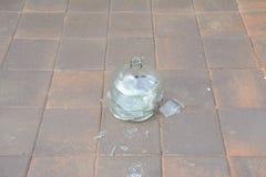 残破的玻璃酸坛 免版税库存图片