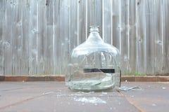 残破的玻璃酸坛 图库摄影