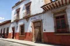 殖民地土坯房在Patzcuaro墨西哥 库存图片