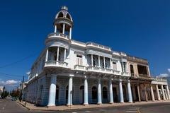 殖民地大厦的门面在Parque何塞马蒂的在西恩富戈斯,古巴 免版税库存图片