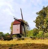 殖民地威廉斯堡最近被恢复的风车 库存照片