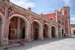 殖民地建筑学在贝尔纳尔,克雷塔罗,墨西哥 库存图片