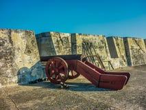 殖民地战争古老大炮在卡塔赫钠堡垒 免版税库存图片