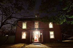 殖民地房子在晚上 免版税库存照片