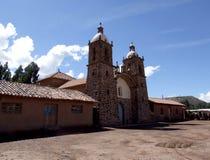 殖民地教会在Raqchi废墟附近的圣佩德罗火山村庄 库存照片