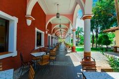 殖民地旅馆地面惊人的看法,美丽的邀请的减速火箭的时髦的室外咖啡馆,修造 库存照片