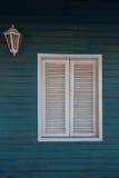 殖民地样式 在木质的墙壁上的白色窗口 库存图片