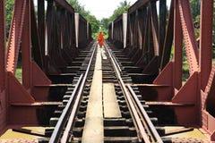 殖民地桥梁的和尚,柬埔寨 库存图片